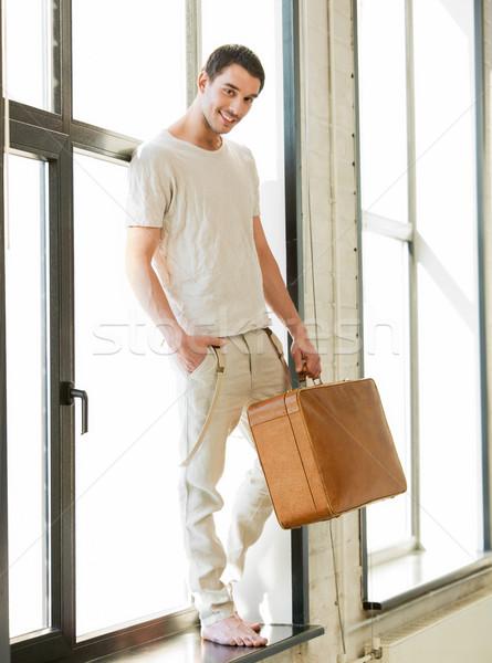Knappe man retro koffer portret handen man Stockfoto © dolgachov