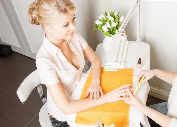 Nő manikűr szalon gyönyörű nő asztal szolgáltatás Stock fotó © dolgachov