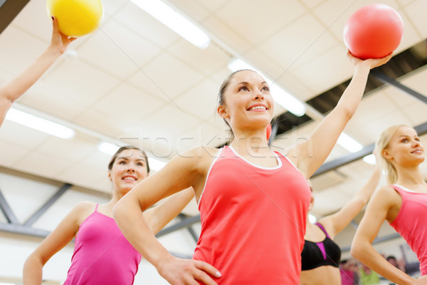 Csoportkép edz stabilitás golyók fitnessz sport Stock fotó © dolgachov