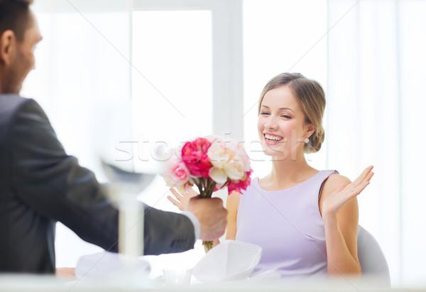 Erstaunt Frau Bouquet Blumen Restaurant Paar Stock foto © dolgachov