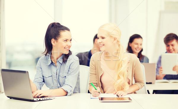 Foto d'archivio: Studenti · laptop · istruzione · tecnologia