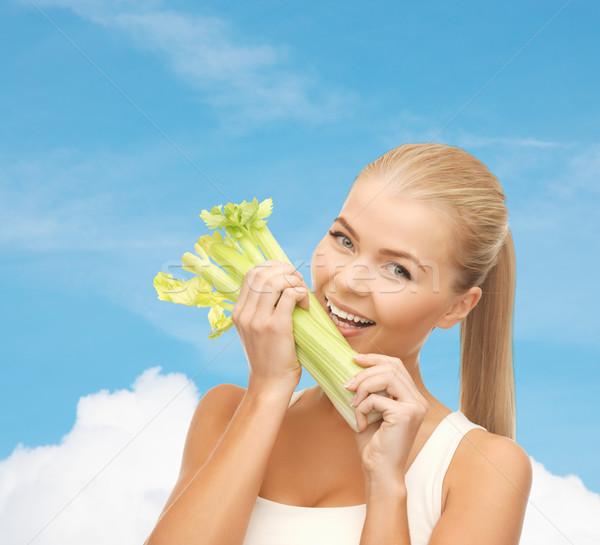 Donna mordere pezzo sedano verde insalata Foto d'archivio © dolgachov