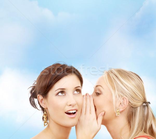 Foto stock: Dos · sonriendo · mujeres · chismes · amistad
