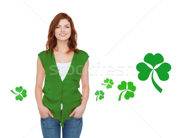 Mosolyog tinilány zöld mellény shamrock gesztusok Stock fotó © dolgachov