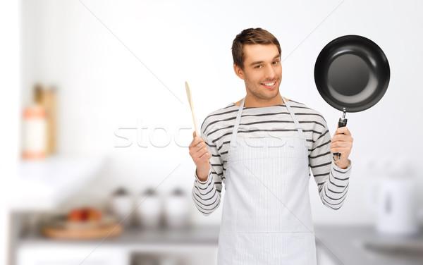 Szczęśliwy człowiek gotować fartuch pan łyżka Zdjęcia stock © dolgachov