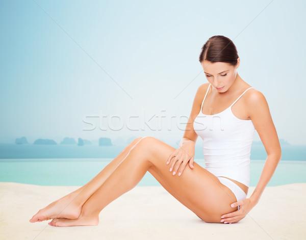 Mooie vrouw aanraken heupen mensen resort Stockfoto © dolgachov