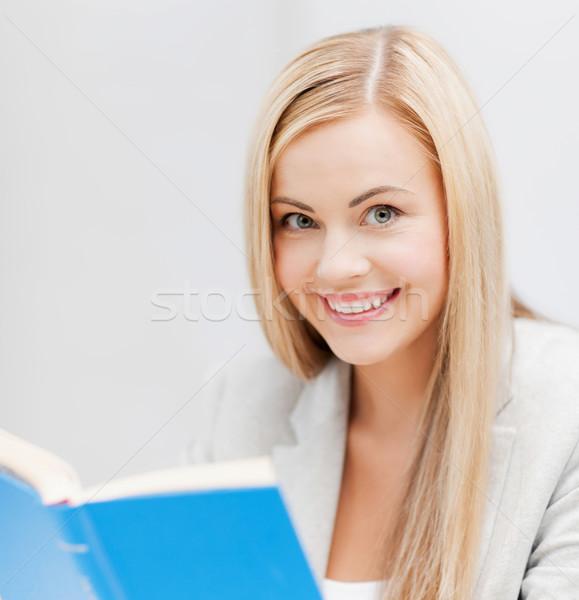 Genç kadın okuma kitap resim gülen kız Stok fotoğraf © dolgachov