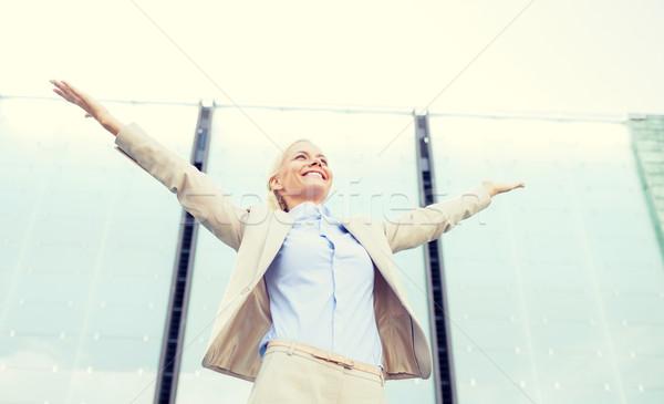 Jeunes souriant femme d'affaires immeuble de bureaux gens d'affaires éducation Photo stock © dolgachov