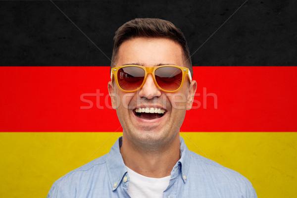 Yüz gülen adam güneş gözlüğü bayrak yaz Stok fotoğraf © dolgachov