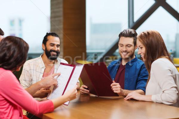 Stockfoto: Glimlachend · vrienden · bespreken · menu · restaurant · recreatie