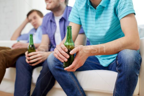 Zdjęcia stock: Szczęśliwy · mężczyzna · znajomych · pitnej · piwa · domu