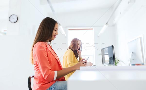 üzletasszony sms chat okostelefon iroda üzlet startup Stock fotó © dolgachov