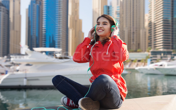 Gelukkig jonge vrouw hoofdtelefoon luisteren naar muziek technologie reizen Stockfoto © dolgachov