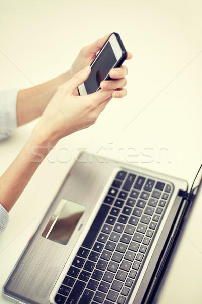 Közelkép nő sms chat okostelefon iroda üzlet Stock fotó © dolgachov