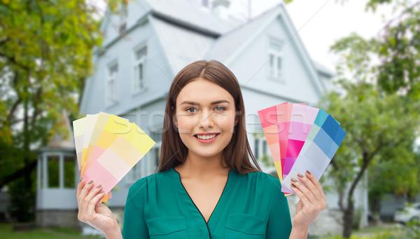 Mosolyog fiatal nő szín javítás rendbehoz dekoráció Stock fotó © dolgachov