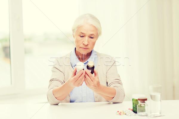 シニア 女性 薬 ホーム 年齢 ストックフォト © dolgachov