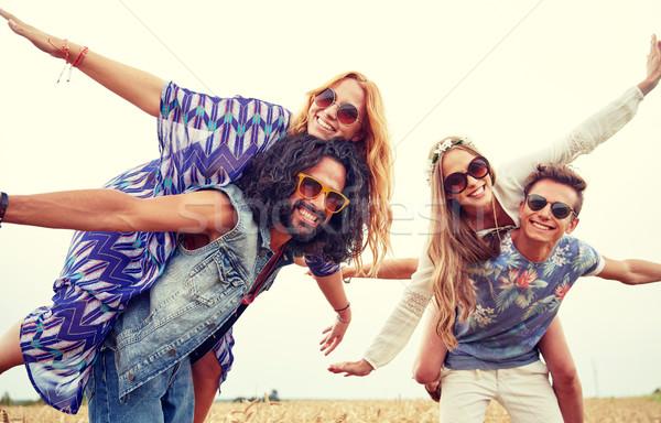 Foto stock: Feliz · hippie · amigos · cereal · campo