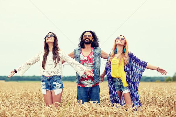 Sorridente jovem hippie amigos cereal campo Foto stock © dolgachov