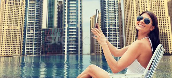 Mujer tomar el sol ciudad piscina vacaciones de verano Foto stock © dolgachov