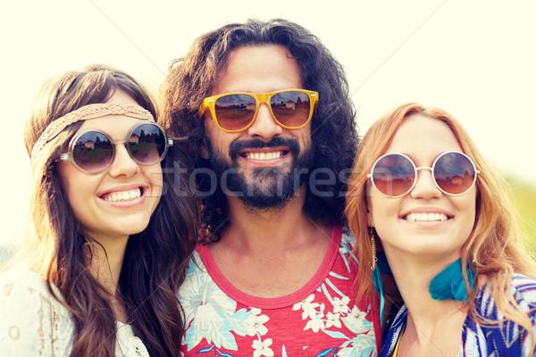 Glimlachend jonge hippie vrienden buitenshuis natuur Stockfoto © dolgachov