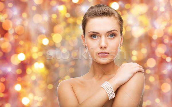Gyönyörű nő gyöngy fülbevalók karkötő szépség luxus Stock fotó © dolgachov