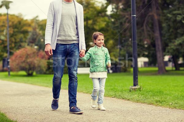 Famille heureuse marche été parc famille Photo stock © dolgachov