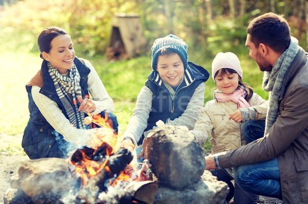 Familia feliz malvavisco hoguera camping viaje turismo Foto stock © dolgachov