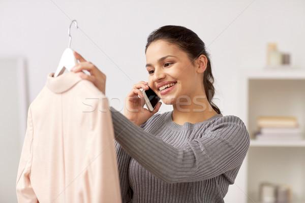 女子 夾克 調用 智能手機 家 服裝 商業照片 © dolgachov