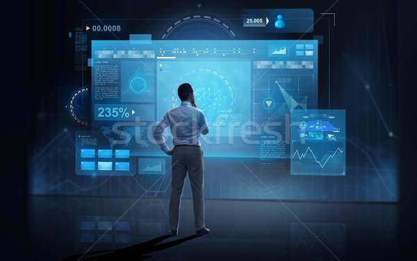 Zdjęcia stock: Biznesmen · patrząc · faktyczny · ciemne · ludzi · biznesu · technologii