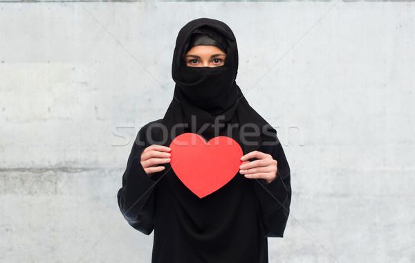 Muslim donna hijab rosso cuore Foto d'archivio © dolgachov