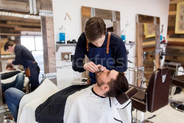 Férfi fodrász körülvágó vág szakáll szalon Stock fotó © dolgachov