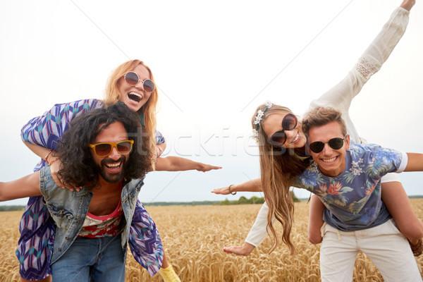 Szczęśliwy hippie znajomych zbóż dziedzinie Zdjęcia stock © dolgachov