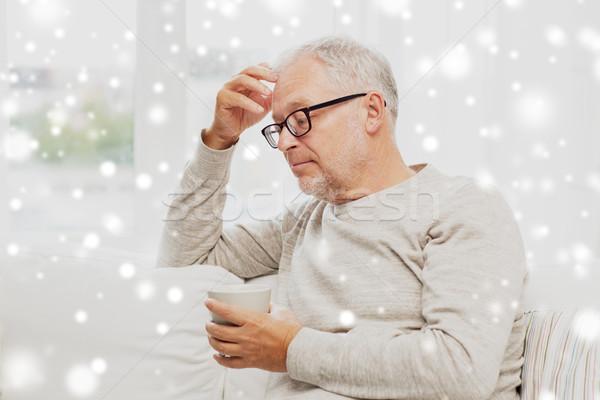 Senior man beker thee home ouderdom Stockfoto © dolgachov