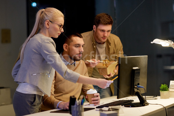 df5ee5699c 9223857_stock-photo-business-team-with-computer-working-late-at-office.jpg