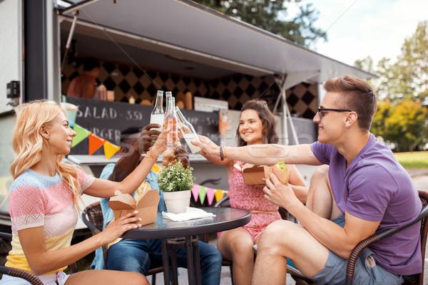 Amigos bebidas comer alimentos camión ocio Foto stock © dolgachov