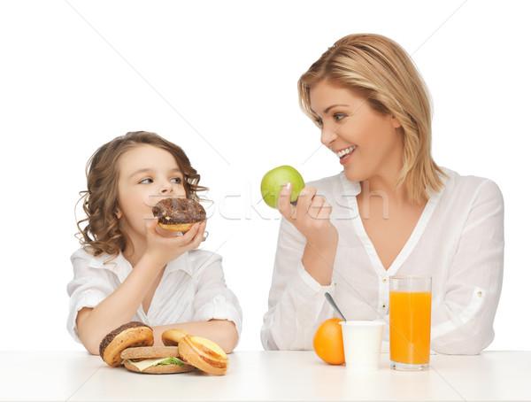 Mãe filha saudável alimentos não saudáveis família menina Foto stock © dolgachov
