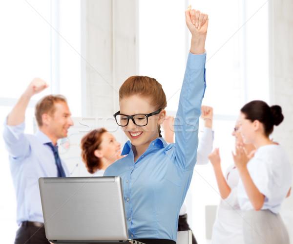 Foto d'archivio: Imprenditrice · computer · ufficio · business · successo · felice