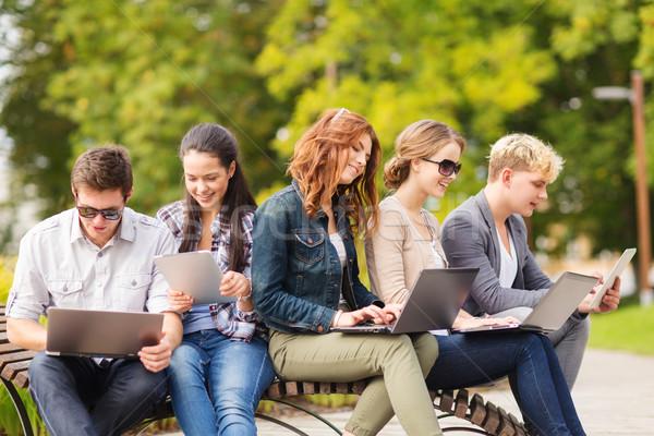 Studentów nastolatków laptop komputerów lata Internetu Zdjęcia stock © dolgachov
