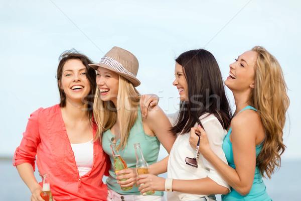 Foto stock: Sonriendo · ninas · bebidas · playa · verano · vacaciones
