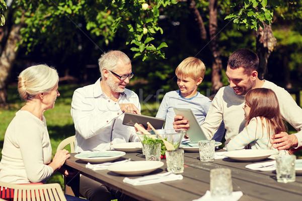 Szczęśliwą rodzinę tabeli ogród rodziny pokolenie Zdjęcia stock © dolgachov