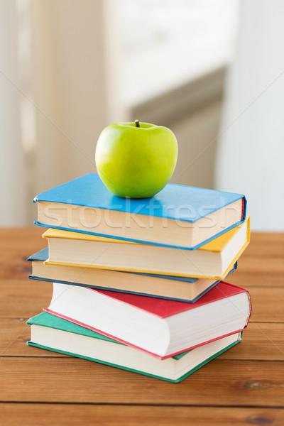 Boeken groene appel houten tafel onderwijs Stockfoto © dolgachov