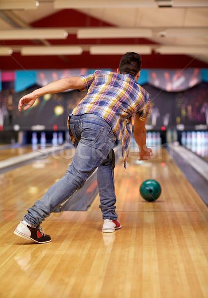 Boldog fiatalember dob labda bowling klub Stock fotó © dolgachov