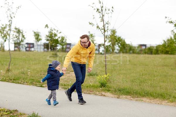 счастливым отец мало сын ходьбе улице Сток-фото © dolgachov