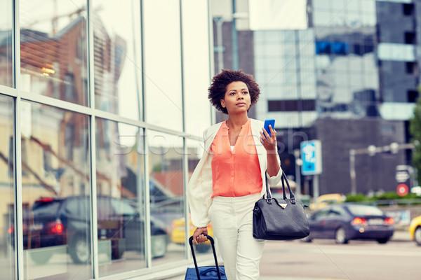 Afrikai nő utazás táska okostelefon üzleti út Stock fotó © dolgachov