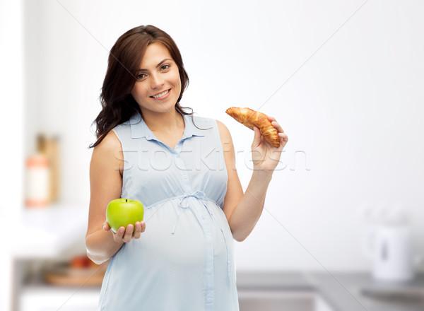 счастливым беременная женщина яблоко круассан беременности Сток-фото © dolgachov