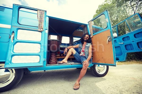 Sorridente jovem hippie homem carro Foto stock © dolgachov