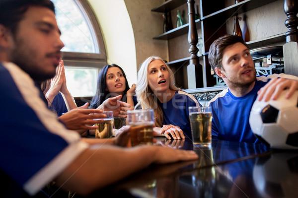Fans vrienden kijken voetbal sport bar Stockfoto © dolgachov