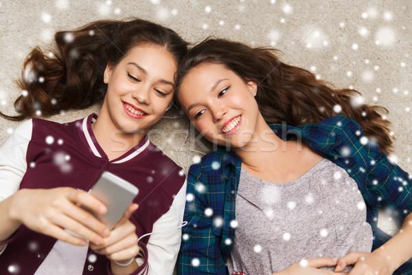 ストックフォト: 音楽を聴く · スマートフォン · 人 · 友達 · 冬