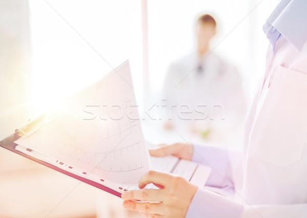 Homme presse-papiers cardiogramme santé médecine Photo stock © dolgachov