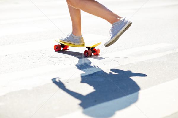 Homme jambes équitation court skateboard Photo stock © dolgachov